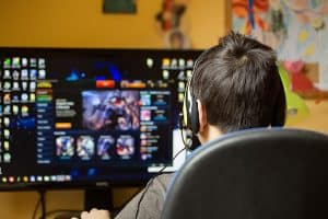Bild bakifrån på barn som spelar vid datorn